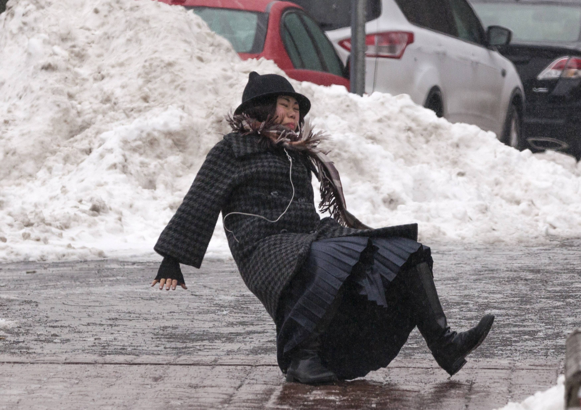https://www.reddit.com/r/photoshopbattles/comments/1un9aq/woman_slipping_on_ice_in_this_winter_freeze/
