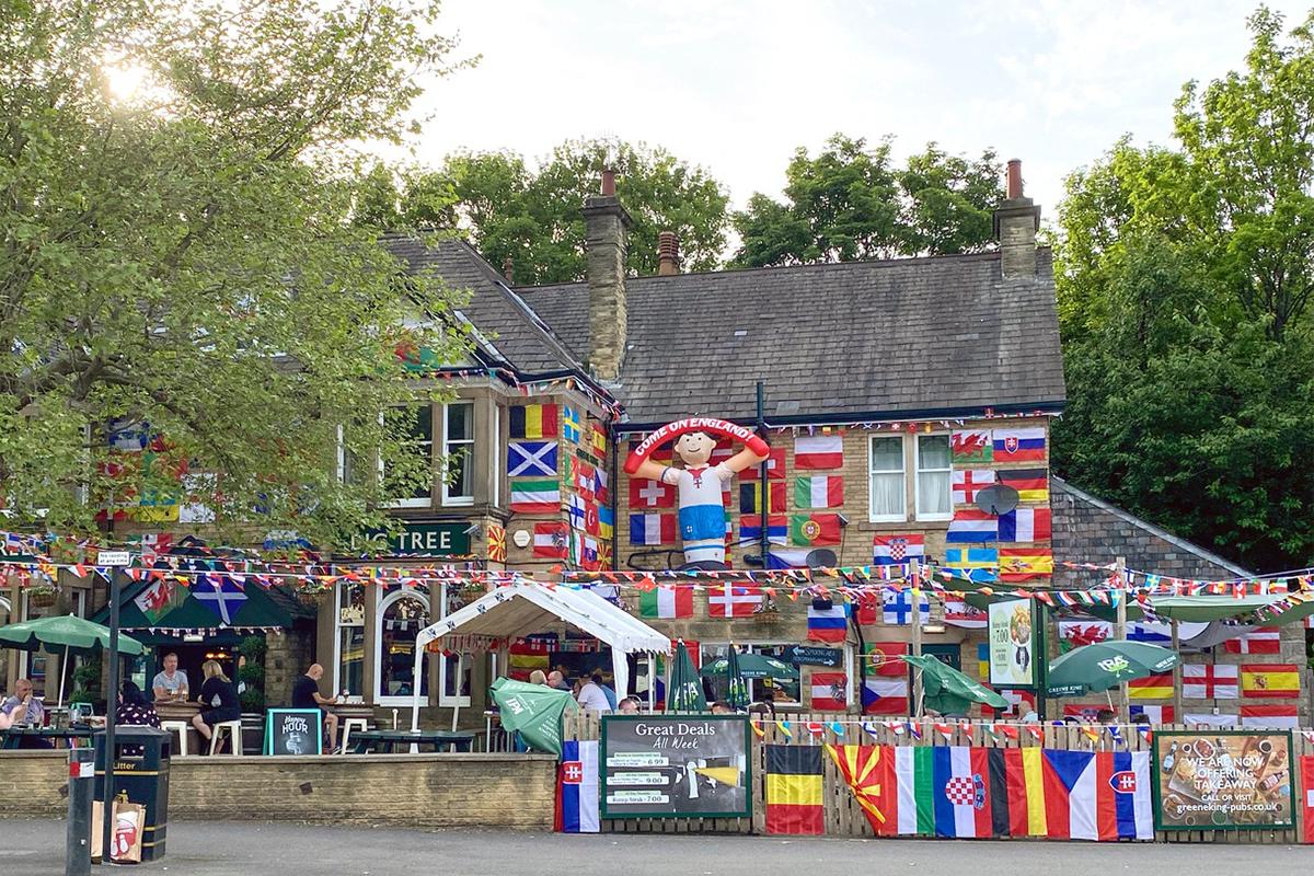 Pre britského majiteľa baru je EURO 2020 sviatkom. Svoj podnik preto patrične vyzdobil