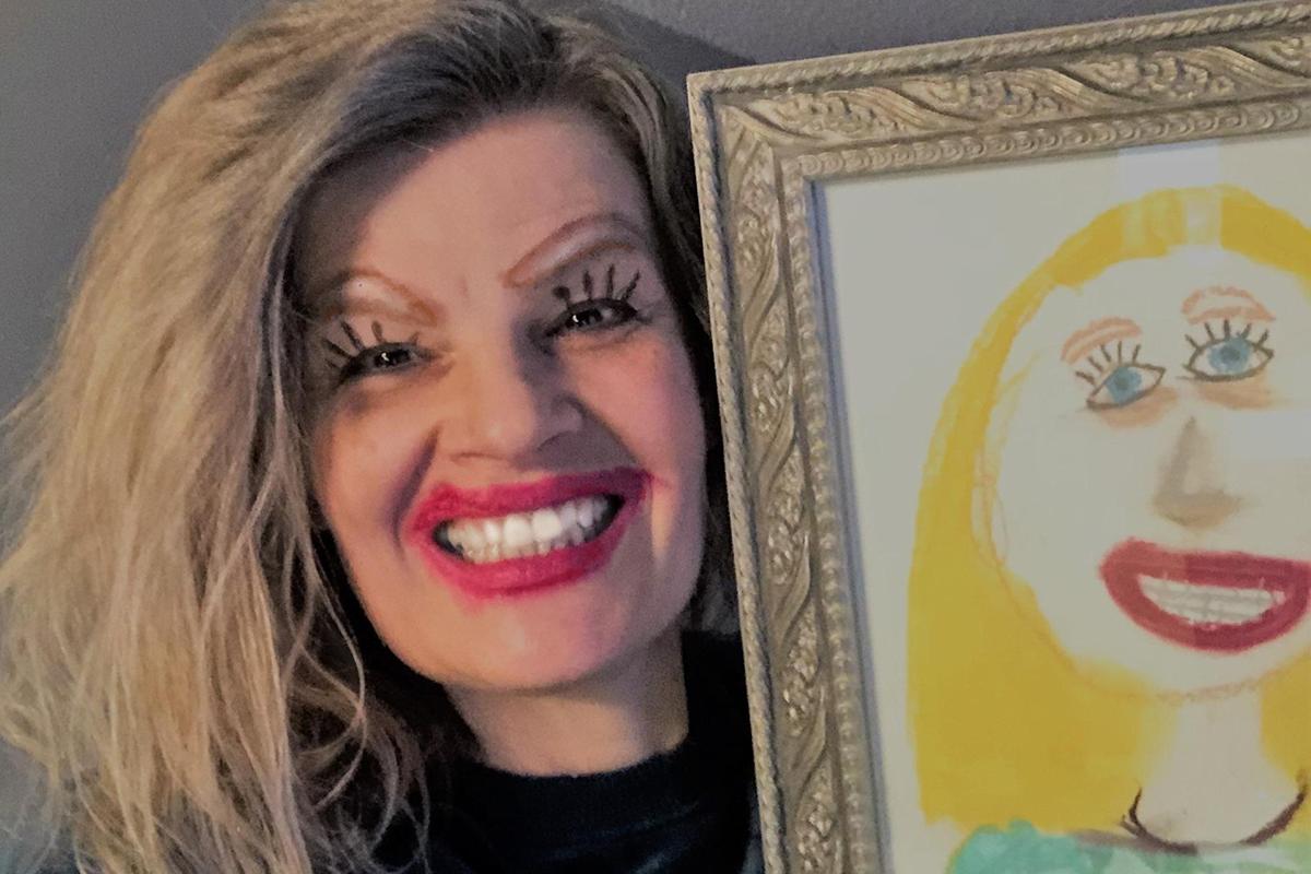 Originálna fotka mamičky s kresleným portrétom od dcéry sa stala virálnou
