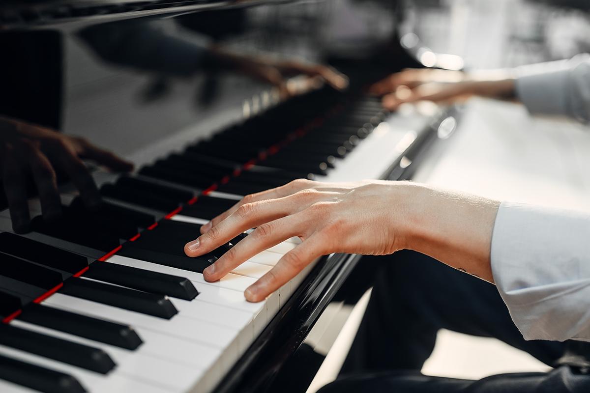 Influencera očarila hudba pouličného klaviristu. S fanúšikmi preňho vyzbieral 60-tisíc dolárov
