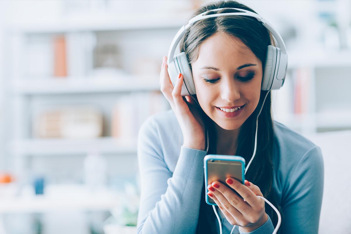Časté používanie slúchadiel môže viesť k pocitom osamelosti. Potvrdzujú to nové zistenia vedcov