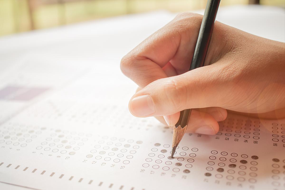Mladík zo Senegalu sa prezliekol za svoju priateľku a pokúsil sa za ňu napísať testy v škole