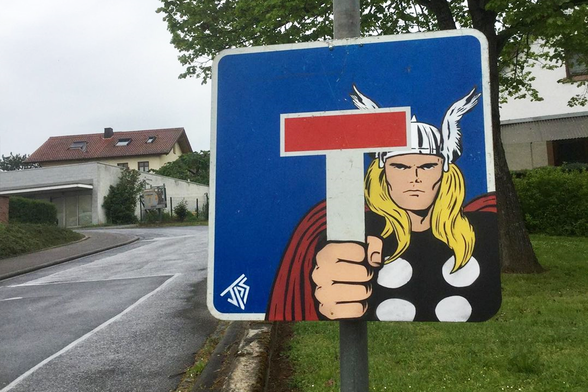Graffiti od talentovaného umelca, ktoré sa geniálne prepájajú s okolitým prostredím