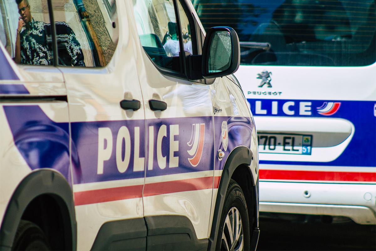 """Policajtka použila na kolegu """"zo srandy"""" počas jazdy autom paralyzér. Skončilo to nehodou"""