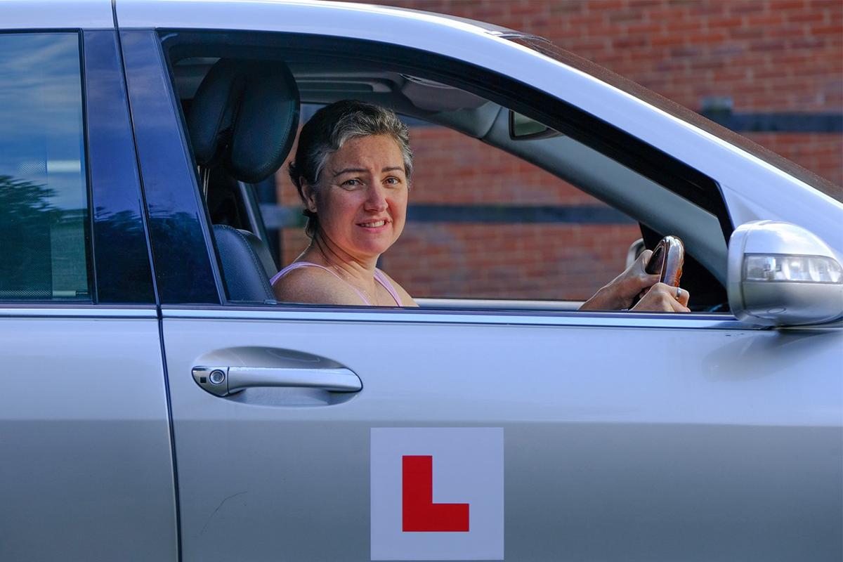 47-ročná Britka absolvovala už viac ako tisíc hodín autoškoly. Vodičák ale stále nezískala