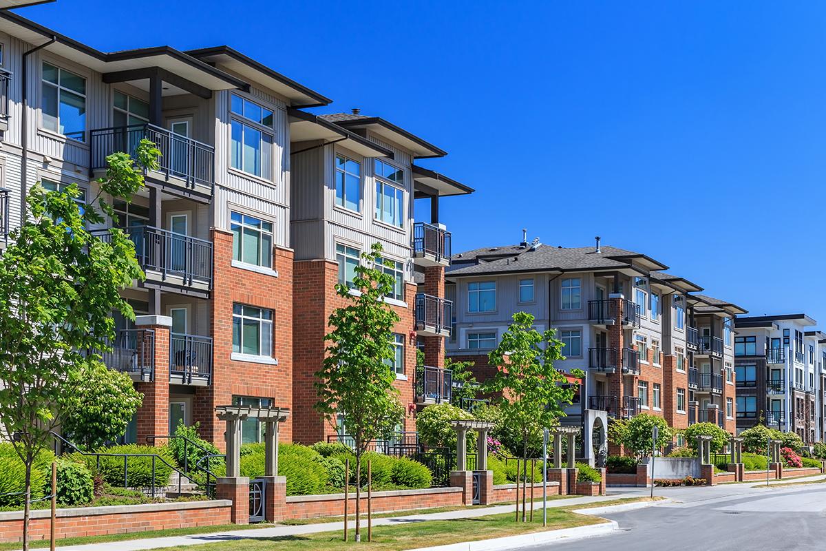 Ľudí na internete šokoval absurdný bytový komplex. Balkóny v ňom vedú na chodbu