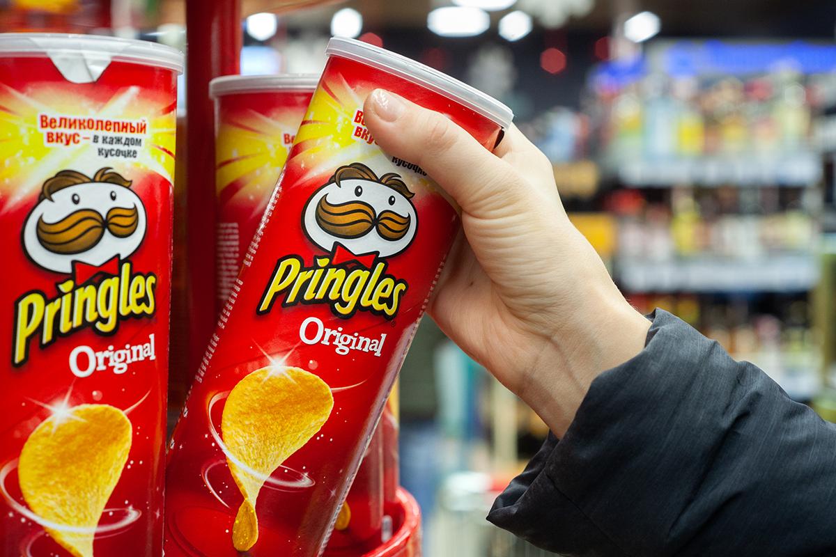 Pringles v novom šate. Známa značka zemiakových lupienkov mení logo po 20 rokoch