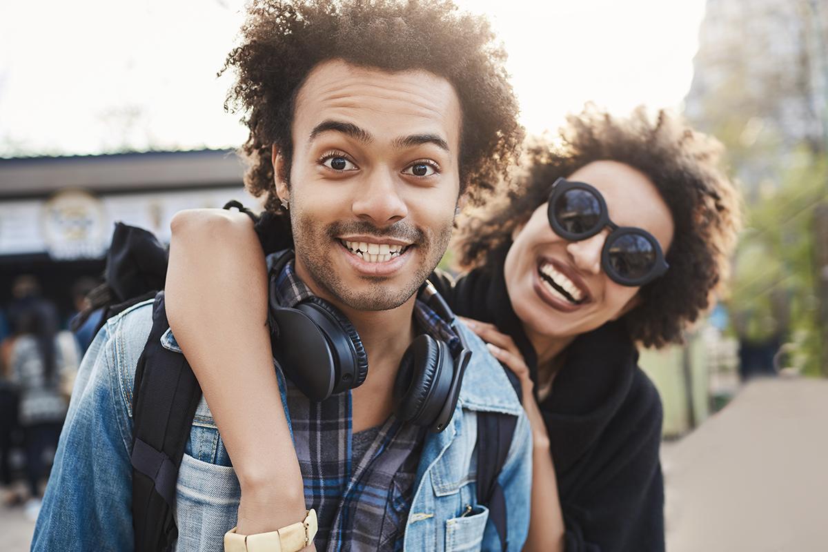 Súrodenci alebo partneri? Instagramový profil preveruje, či vieš určiť vzťah ľudí na fotke
